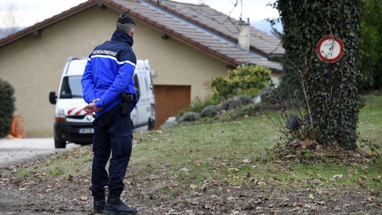 Un gendarme se tient sur le site du meurtre de Chabreuil (Drôme), le 26 décembre. (JEAN-PHILIPPE KSIAZEK / AFP)