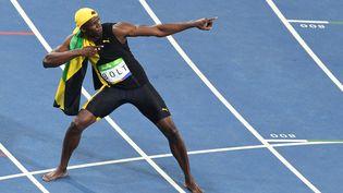 Usain Bolt remporte la finale du 100m et décroche son troisième titre olympique consécutif, le 14 août 2016 à Rio. (YASUYOSHI CHIBA / AFP)