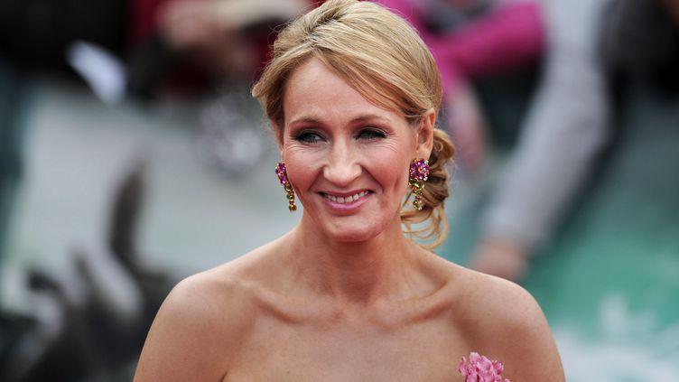 """L'auteure de la saga Harry Potter, J.K. Rowling, lors de l'avant-première de """"Harry Potter et les Reliques de la Mort- partie 2"""", le 7 juillet 2011 à Londres (Royaume-Uni). (CARL COURT / AFP)"""