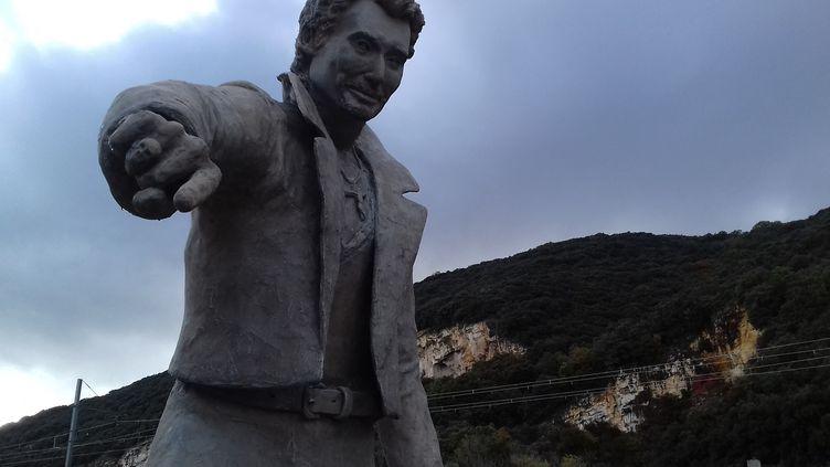 Une statue de Johnny Hallyday, installée en juin 2018 à Viviers, en Ardèche. (NATHALIE RODRIGUES / FRANCE-BLEU DRÔME-ARDÈCHE)