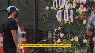 Des Américains viennent voir les portraits des personnes disparues dans l'effondrement d'un immeuble près de Miami (FRANCEINFO)