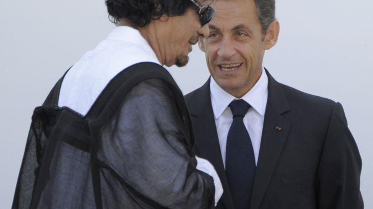 Mouammar Kadhafi et Nicolas Sarkozy discutent après une réunion du G8 à L'Aquila (Italie), le 10 juillet 2009. (TOSHIFUMI KITAMURA / AFP)