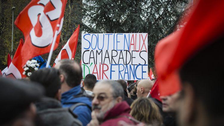 """Les salariés d'Air France manifestent en soutien aux quatre personnes licenciées pour """"faute lourde"""", le 2 décembre 2015, devant le tribunal de Bobigny (Seine-Saint-denis). (MAXPPP)"""