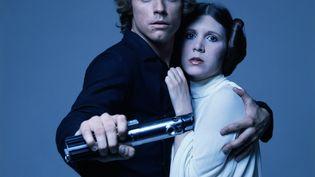 """Les acteurs Mark Hamill et Carrie Fisher posent à l'occasion de la sortie du film """"La Guerre des étoiles"""", en 1977. (TERRY O'NEILL / ICONIC IMAGES)"""
