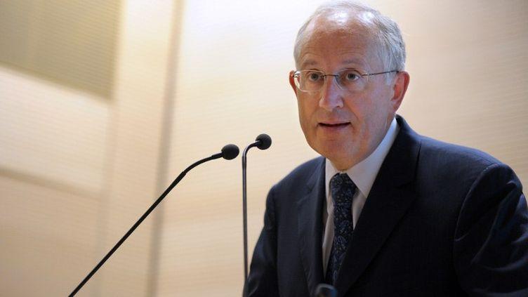Philippe Wahl, président de la Banque postale, a touché plus de 830 000 euros en 2011. Avec le nouvel arrêté, il va donc perdre 380 000 euros. (ERIC PIERMONT / AFP)