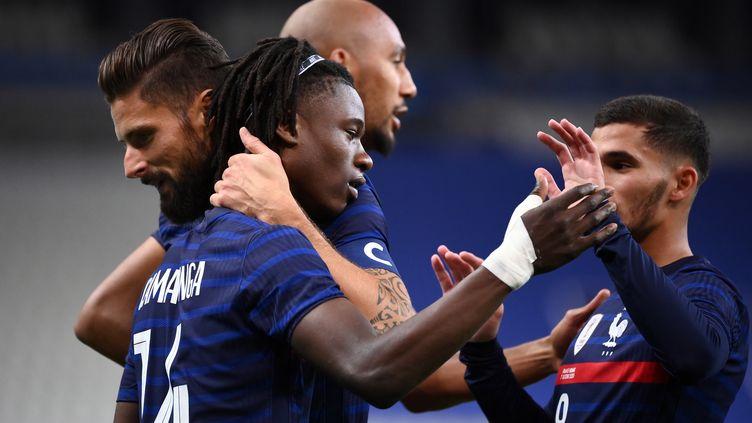 Eduardo Camavinga, félicité par ses coéquipiers, devient le 2e plus jeune buteur de l'histoire des Bleus en ouvrant le score contre l'Ukraine (FRANCK FIFE / AFP)