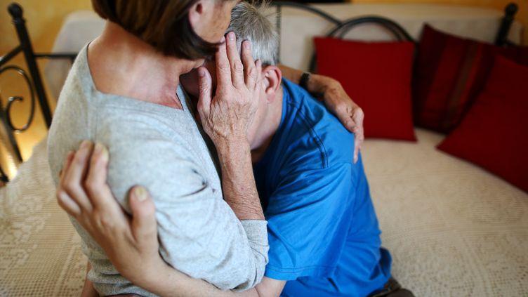 Une assistante sexuelle embrasse un homme qui souffre d'un handicap mental et physique àLimbach, en Allemagne, le 27 août 2014. (DAVID EBENER / DPA / AFP)