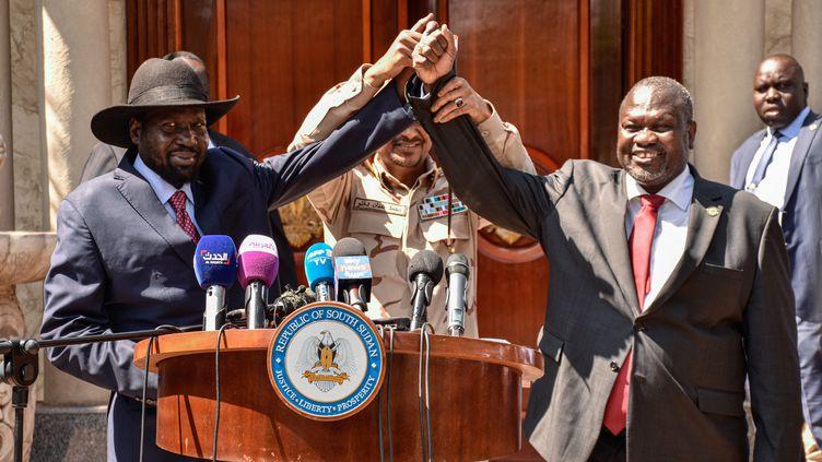 Le président du Sud-Soudan Salva Kiir (à gauche) et le leader de l'opposition Riek Machar ont forméun gouvernement d'union nationale après six années de guerre civile. Photo prise à Juba le 17 décembre 2019. (MAJAK KUANY / AFP)