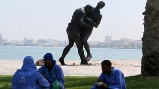 """L'oeuvre deAdel Abdessemed,""""Coup de tête"""" est désormais installée au Qatar  (KARIM JAAFAR / AL-WATAN DOHA / AFP)"""