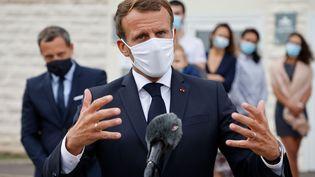 Emmanuel Macron lors d'un point presse, le 23 septembre 2020, après la visite d'unservice de protection maternelle et infantile, àLongjumeau (Essonne). (LUDOVIC MARIN / AFP)