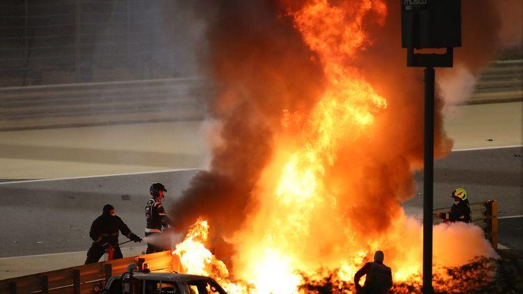 Romain Grosjean miraculé après l'incendie de sa Formule 1 lors du Grand Prix de Bahrain (Moyen-Orient), le 29 novembre 2020. (BRYN LENNON / POOL / AFP)