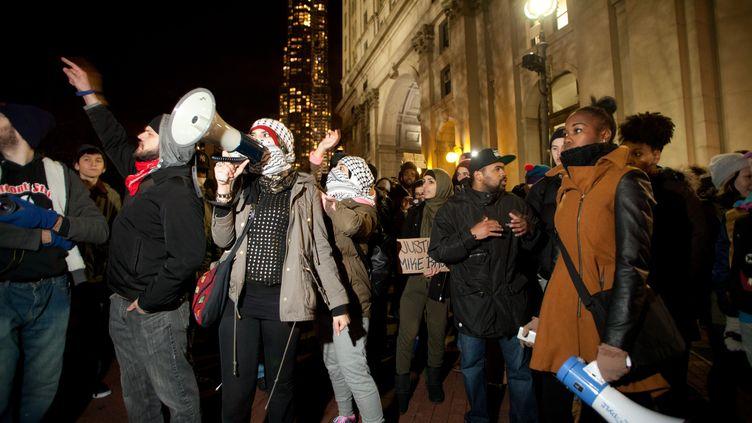 Des manifestants défilent contre les violences policières, le 13 décembre 2014 à New York (Etats-Unis). (CITIZENSIDE / KONSTANTIN SERGEYEV / AFP)