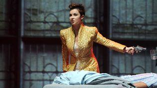 """La soprano Chloé Briot sur le filage de la pièce """"Les Enfants terribles"""", opéra de Philip Glass d'après le roman de Jean Cocteau, à Paris en novembre 2012. (DELALANDE RAYMOND / SIPA)"""