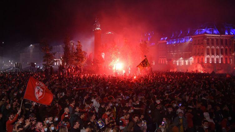 Les supporters du LOSC se sont rassemblés, malgré le couvre-feu, pour célébrer le titre de champion de France obtenu par leur club. (FRANCOIS LO PRESTI / AFP)