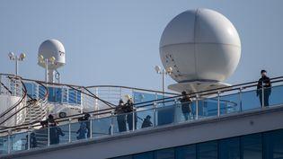 """Des passagersdu paquebot """"Diamond Princess"""", en quarantaine enraisonde cas de coronavirus Covid-19 à bord, le 13 février 2020 àYokohama, au sud de Tokyo (Japon). (ALESSANDRO DI CIOMMO / NURPHOTO / AFP)"""