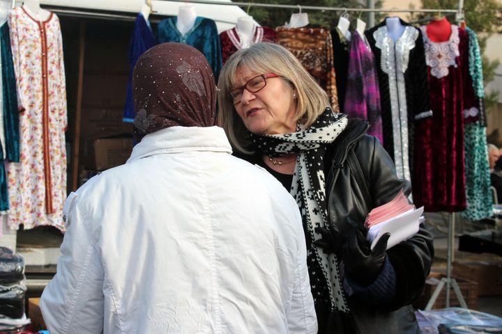 La candidate PS à la législative partielle Dolorès Roqué, sur le marché de La Devèze, un quartier de Béziers (Hérault), le 4 décembre 2012. (VIOLAINE JAUSSENT / FRANCETV INFO)