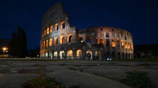 Une vue du Colisée à Rome (Italie), le 27 mars 2021, plongé dans le noir à l'occasion de l'Earth Hour. (VINCENZO PINTO / AFP)