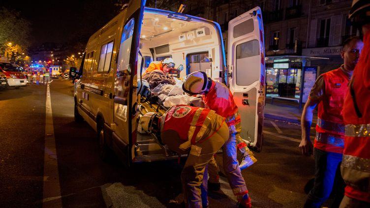 Des secouristes prennent en charge un blessé du Bataclan, le 13 novembre 2015, à Paris. (MAXPPP)