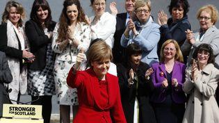 La dirigeante du parti national écossais (SNP), Nicola Sturgeon pose devant les photographes après les élections législatives britanniques, le 9 mai 2015 à Edimbourg (Ecosse). (RUSSELL CHEYNE / REUTERS)