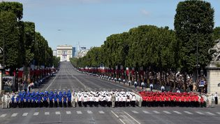 """Des étudiants chantent """"La Marseillaise"""" sur la place de la Concorde à Paris, jeudi 14 juillet 2016, à la fin du défilé militaire. (DOMINIQUE FAGET / AFP)"""