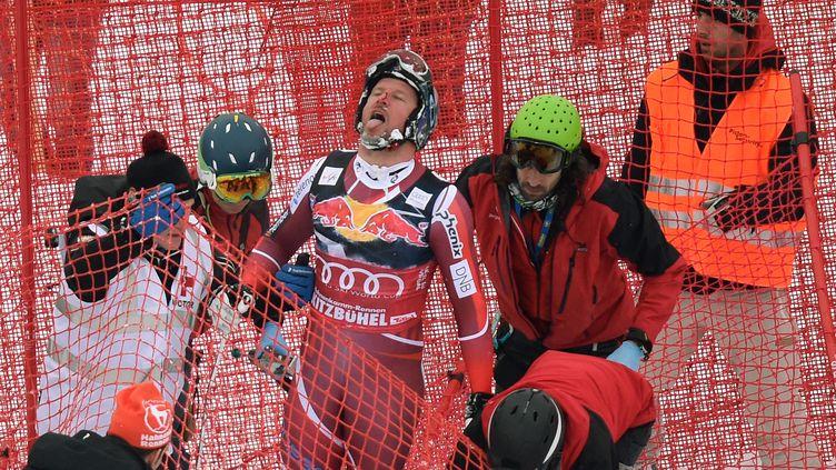Aksel Lund Svindal se relève péniblement après sa chute à Kitzbühel (CHRISTOF STACHE / AFP)