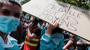 Des manifestants demandent plus de moyens pour l'hôpital public lors d'une mobilisation à Paris, le 16 juin 2020. (KARINE PIERRE / AFP)