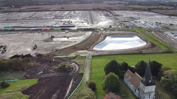 Une vue aérienne de l'immense chantier de zone douanière pour poids lourds près de l'autoroute M20, àAshford (Kent - Angleterre). (BEN STANSALL / AFP)