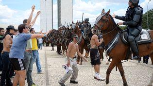 Les manifestants se rassemblent à côté de Palais du PlanaltodeBrasilia (Brésil) pour protester contre le gouvernement, le 17 Mars 2016. (ANDRESSA ANHOLETE / AFP)