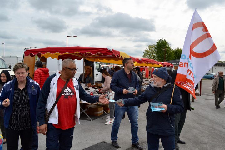 Des militants de La France insoumise en plein tractage au marché de Behren-lès-Forbach. (NOEMIE BONNIN / RADIO FRANCE)