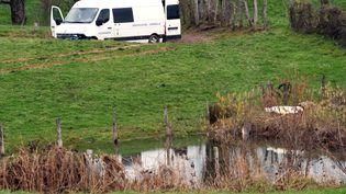 Des enquêteurs inspectentl'explotation agricole àMayran (Aveyron), après la mort d'une employée agricole de la chambre d'agriculture de Rodez, le 17 février 2016. (JOSE TORRES / AFP)