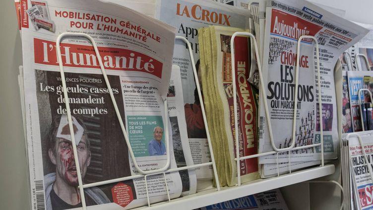 """Le journal """"L'Humanité"""" dans un kiosque parisien le 28 janvier 2019. (MAXPPP)"""
