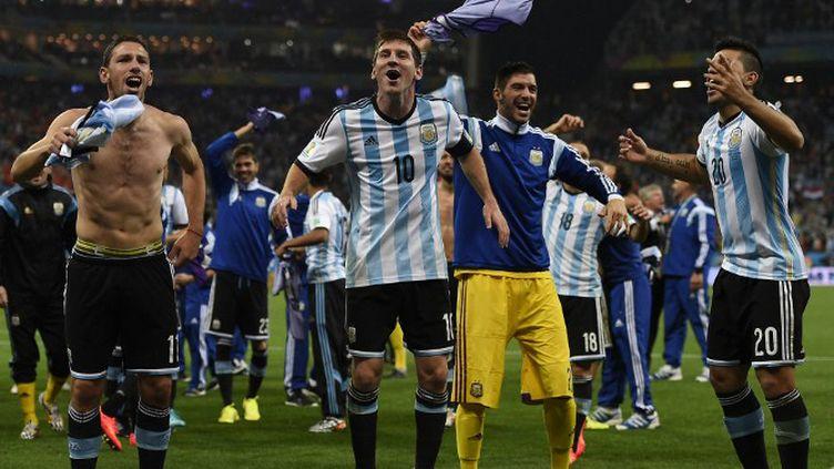 Lionel Messi fêtant la qualification pour la finale avec ses coéquipiers de l'Albiceleste. (FABRICE COFFRINI / AFP)