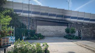 Après l'installation dans un square porte de la Vilette de toxicomanes, évacués de la rue Riquet vendredi 24 septembre, un mur a été construit pour empêcher la circulation côté Pantin des toxicomanes. (FRED DUGIT / MAXPPP)