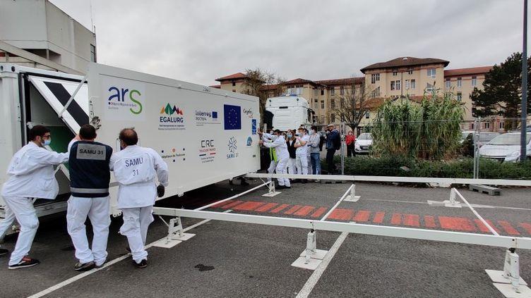 L'unité mobile du Centre de réponse à la catastrophe du CHU de Toulouse, le 8 novembre 2020. (STEPHANE IGLESIS / FRANCE INFO / RADIO FRANCE)