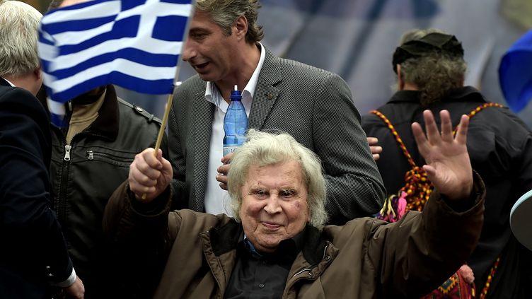 Mikis Theodorakis durant une manifestation à Athènes, le 4 février 2018, pour pour manifester contre le compromis proposé par Alexis Tsipras sur la question du nom de la Macédoine.Les Grecs craignant qu'en portant le nom Macédoine, leurs voisins aient aussi l'intention d'annexer une partie du territoire du nord de la Grèce, lui aussi appelé Macédoine. (ANGELOS TZORTZINIS / AFP)