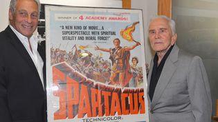 """Kirk Douglas (à droite) et Hawk Koch, le président des Oscars, à la projection de """"Spartacus"""" à Beverly Hills (13/8/2012)  (Alberto E. Rodriguez / GETTY / AFP)"""