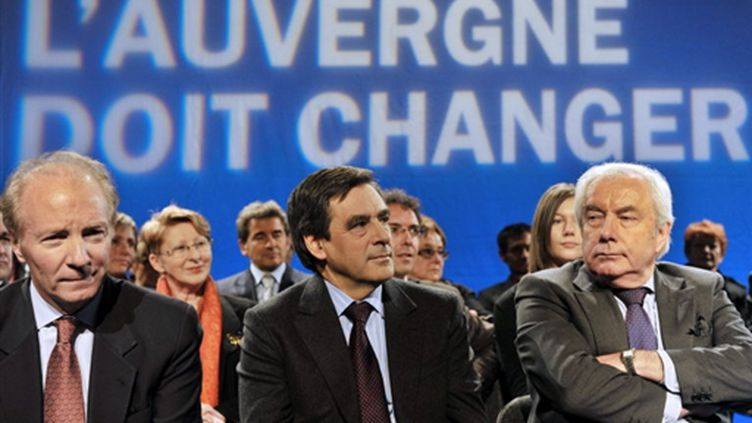 François Fillon, entre Brice Hortefeux et Alain Marleix, en meeting à Clermont-Ferrand (8 mars 2010) (AFP/THIERRY ZOCCOLAN)