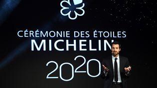 Le guide Michelin 2020 distingue 50 restaurants dans une nouvelle catégorie : la gastronomie durable. Son patron, Gwendal Poullennec, lors de la remise des étoiles à Paris, le 27 janvier 2020. (MARTIN BUREAU / AFP)