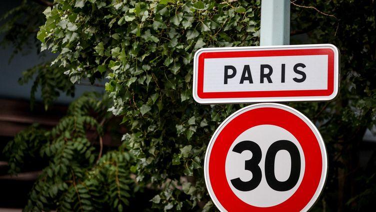 """Un panneau d'interdiction de dépasser les 30km/h à l""""ntrée de Paris. (MAXPPP)"""