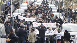 """Des habitants d'Aulnay-sous-Bois défilent, le 6 février 2017, lors d'une marche réclamant """"Justice pour Théo"""", victime d'une violente interpellation. (FRANCOIS GUILLOT / AFP)"""