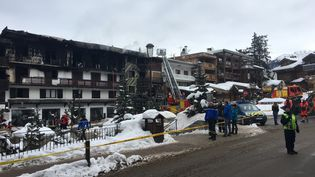 Des pompiers sont sur les lieux d'un incendie à Courchevel (Savoie), le 20 janvier 2019. (FANNY HARDY / AFP)
