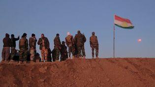 Des combattants peshmergas kurdes surveillent un drone (décembre 2015). (JEAN-MARC MOJON / AFP)