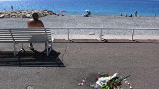 Un bouquet de fleurs déposé sur la promenade des Anglais à Nice le 17 juillet 2016 en hommage aux victimes de l'attentat au camion commis lors du 14-Juillet. (ANNE-CHRISTINE POUJOULAT / AFP)