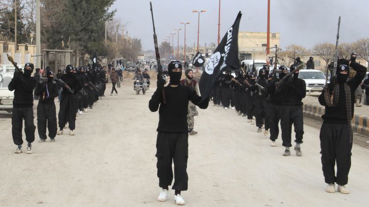 Des combattants de l'Etat islamique en Irak et au Levant (EIIL) défilent à Tal Abyad, en Syrie, le 2 janvier 2014. (REUTERS)