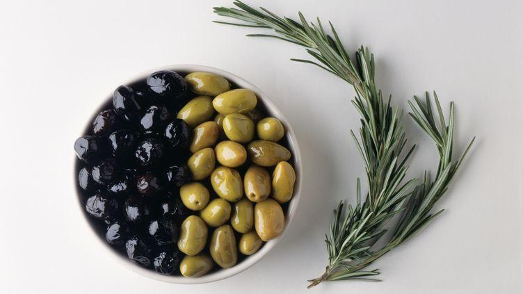 Un documentaire de France 5 explique comment les olives vertes sont transformées en olives noires. (PIERRE-ALEXANDRE GAURIER / MOOD4FOOD / AFP)