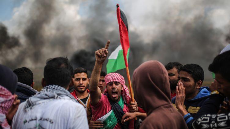 Des manifestants dénoncent le strict blocus de Gaza par Israël, vendredi 30 mars 2018 à la frontière avec l'Etat hébreu. (MUSTAFA HASSONA / ANADOLU AGENCY / AFP)