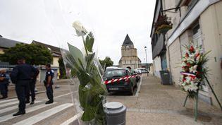 Des fleurs sont déposées à proximité du périmètre de sécurité qui entoure l'église deSaint-Etienne-du-Rouvray (Seine-Maritime), le 27 juillet 2016. (MAXPPP)
