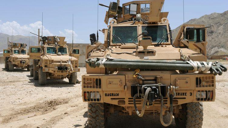 Des véhicules anti-mines de l'armée américaine en Afghanistan, en 2009 (ARNAUD BEINAT / MAXPPP)