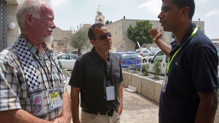 Uri Davis (à gauche sur la photo) lors du congrès du Fatah (2009) (© AFP/MUSA AL-SHAER)