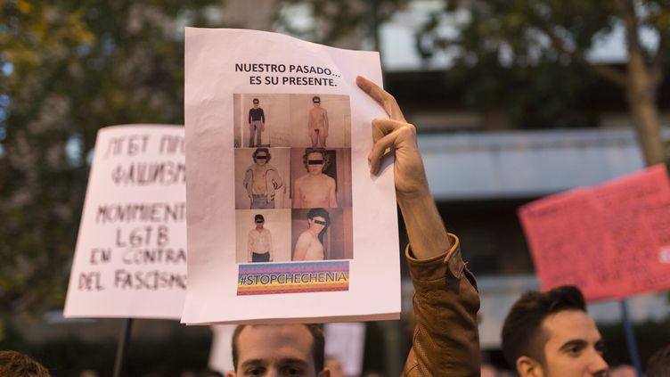 Un manifestant espagnolmanifeste contre les arrestations et persécutions envers la communauté homosexuelles en Tchétchénie, le 21 avril 2017 à Madrid. (JESÚS CALONGE / MAXPPP)